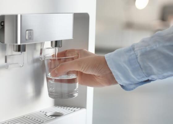 5 raisons d'équiper vos bureaux de fontaines à eau sur réseau
